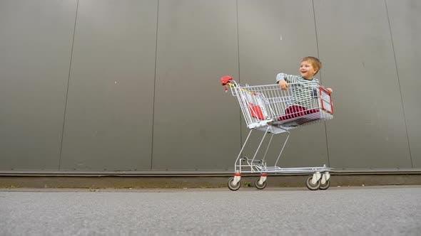 Thumbnail for Vater mit Geschwistern gehen zum Lebensmittelgeschäft, Einkaufszentrum