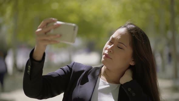 Thumbnail for Attraktive Mädchen nehmen selfie mit Smartphone
