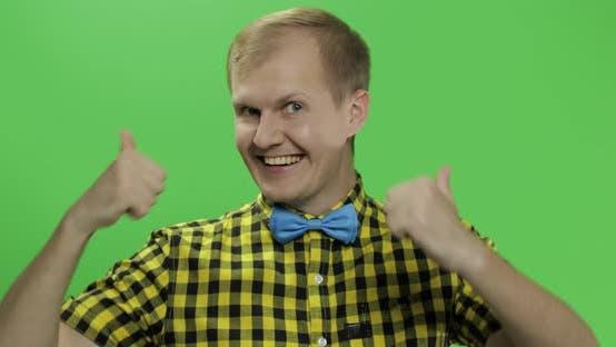 Thumbnail for Caucasian Modische Mann zeigen Daumen nach oben. Typ in gelbem Hemd. Chroma-Taste