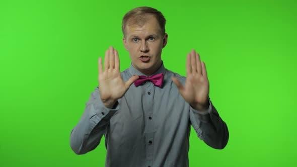Thumbnail for Guy zeigt Stop Geste mit Händen. Nein, Niemals, Disliking und Ablehnung Zeichen. Menschen Emotionen