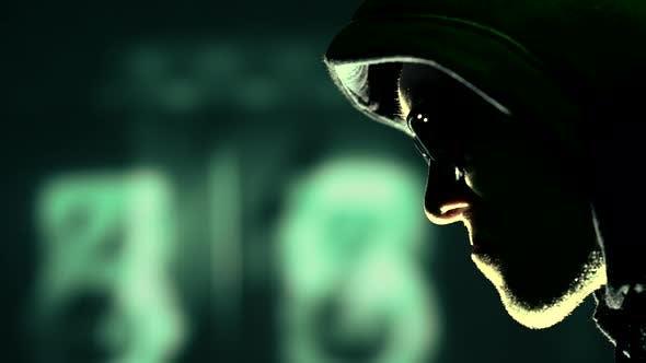 Hacker in einer Kapuze und Sonnenbrille