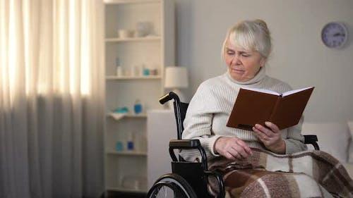 Großmutter liest Buch, die Enkelin bittet, Brillen mitzubringen, Unterstützung