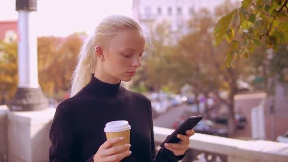 Thumbnail for Porträt Blonde Verwenden Telefon in Stadt