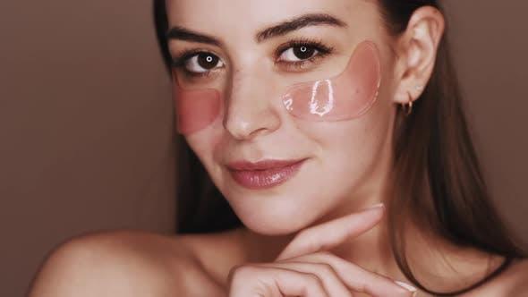 Hautverjüngung Frau Gesicht mit Gel-Augenklappen
