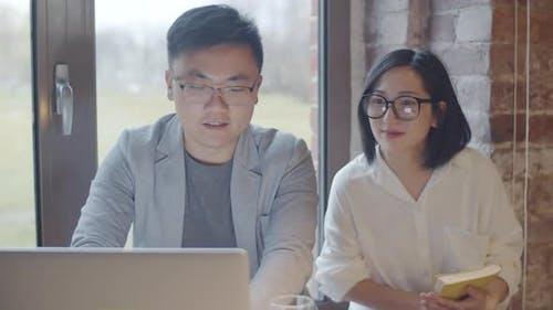 Asiatische Geschäftsleute auf Treffen