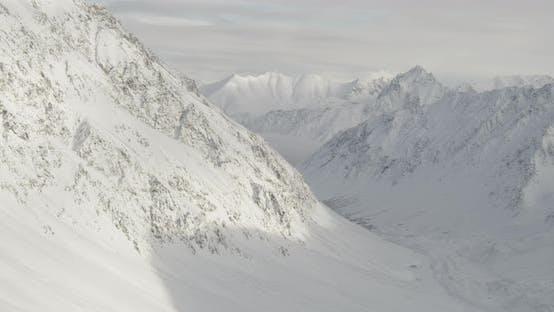 Thumbnail for Lufthubschrauber durch Nebel des kalten Alaska-Waldes geschossen, Drohne aufnahmen