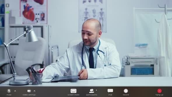 Praktizierender Arzt bietet medizinische Online-Ratschläge von seinem Büro an
