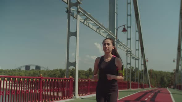 Thumbnail for asiatische weibliche jogger laufen auf Fußgängerbrücke