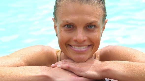 Thumbnail for Glückliche Frau ruht durch am Pool