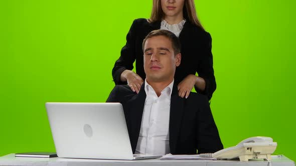 Thumbnail for Freundliche Massage von Kollegen am Arbeitsplatz