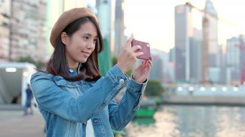 Frau mit Mobiltelefon, um Foto zu machen