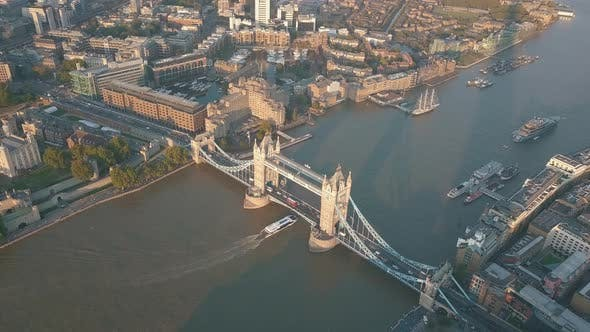 Thumbnail for AERIAL: Boot auf Themse mit Tower Bridge in London bei Sonnenuntergang, Sonnenaufgang