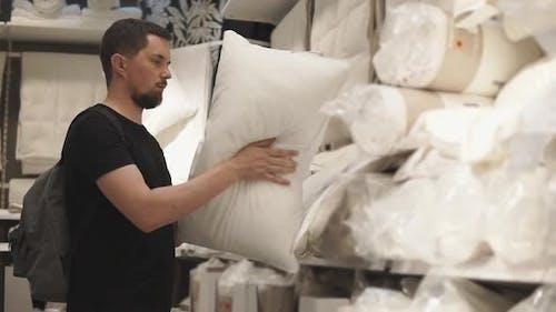 Neues Kissen für das Bett im Store
