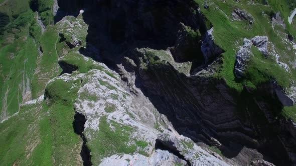 Thumbnail for Flying Above Mountain Panorama mit Blick auf die Schweizer Alpen in der Schweiz