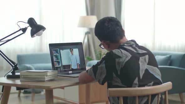 Asien Teen Boy Student Fernstudium mit Online-Lehrer auf dem Computerbildschirm von zu Hause aus