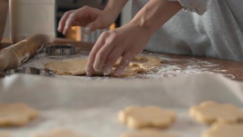 Bäcker machen Kekse in der Küche