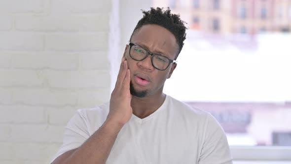 Thumbnail for Porträt von ungesunde Casual Afrikaner Mann mit Zahnschmerzen