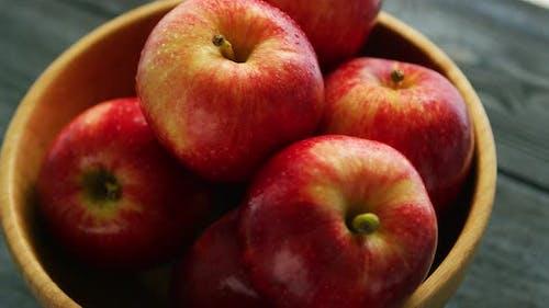 Gros plan de pommes rouges dans un bol