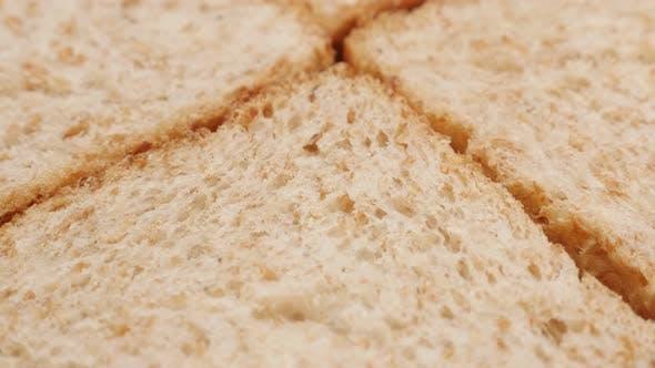 Kippen auf vier Stück komplettes Brot aus Vollkorn Nahaufnahme 4K 2160p 30fps UltraHD Filmmaterial gemacht -