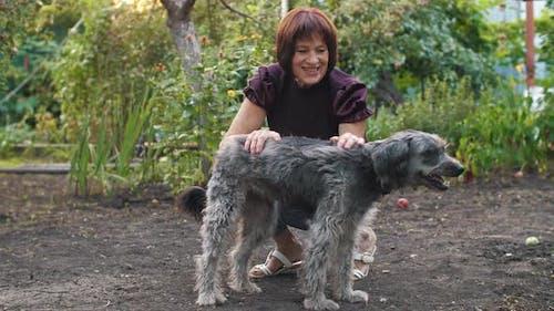 Hund mit glücklicher Besitzer
