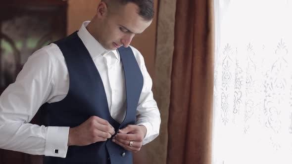 Thumbnail for Hübscher Bräutigam trägt eine Jacke. Hochzeitsmorgen. Geschäftsmann