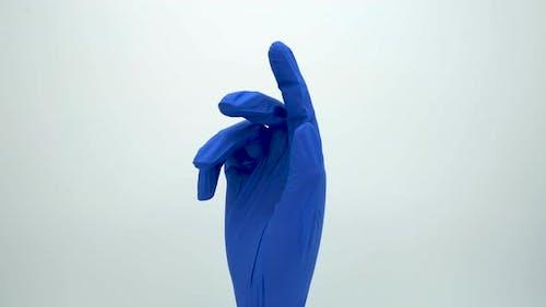 Handpuppe eines medizinisch handschuhten