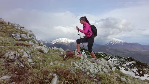 Mädchen bei Berg-Exkursion allein mit Stöcken
