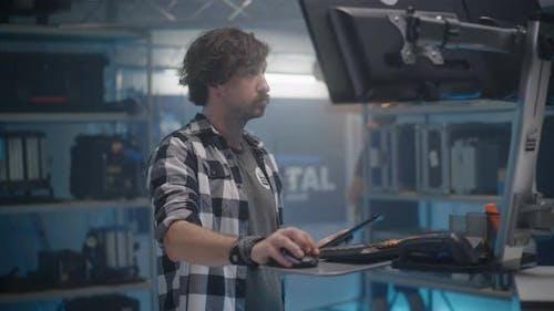 Angestellter arbeitet im Video gerätegeschäft