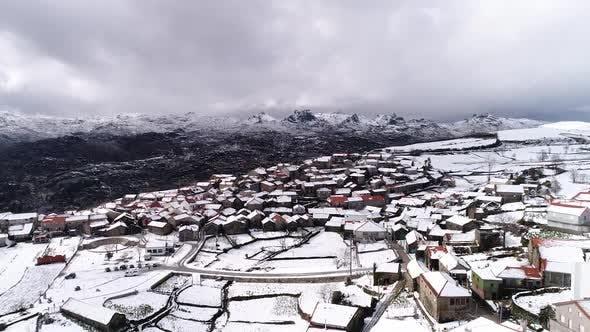 Thumbnail for Fliegen über das verschneite Dorf im Winter