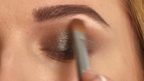 Thumbnail for Schönes Modell Anwendung Eyeliner Closeup auf Auge, Nahaufnahme