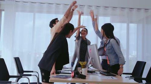 Erfolgreiche Geschäftsleute feiern Projekterfolg im Office