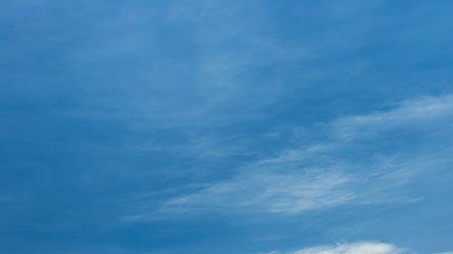 Himmel und dünne Wolken