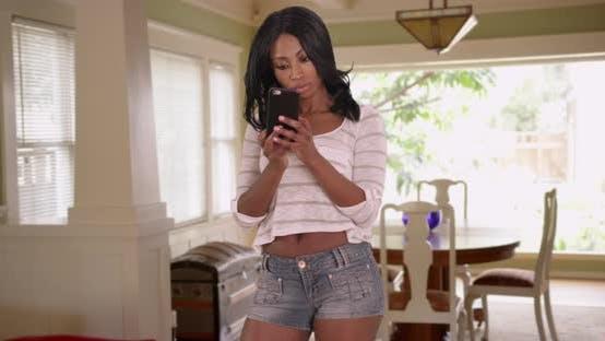 Thumbnail for Frau im Schlafzimmer überprüfen Haare im Telefon und nehmen Selfies mit Handy