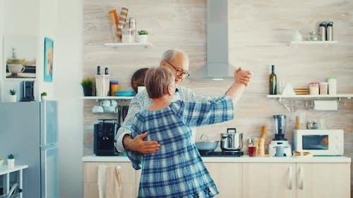 Vieux couple dansant