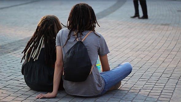 les adolescents couple avec dreadlocks