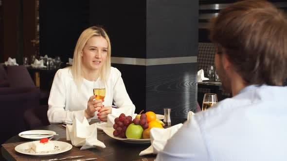 Thumbnail for Attraktiv blond Mädchen mit ein Date mit Ihr Mann