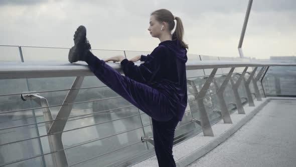 Kamera nähert sich Slim-Fit-Sportlerin, die Bein hebt und sich auf Brücke