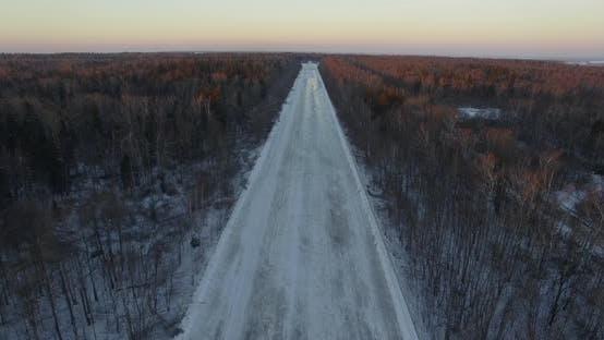 Luftaufnahme der leeren Straße im Winterwald