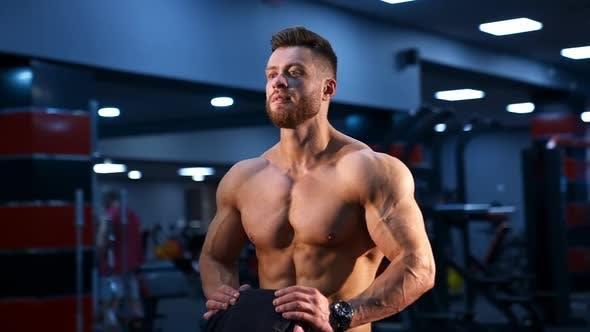 Blick auf gut aussehende männliche Bodybuilder mit starkem Körper und perfekten Bauchmuskeln.