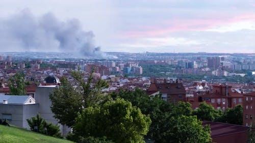 Zeitraffer eines Brandvorfalls in der Stadt Madrid