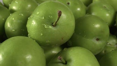 Haufen frischer grüner Pflaumen auf der Markt-Theke hautnah