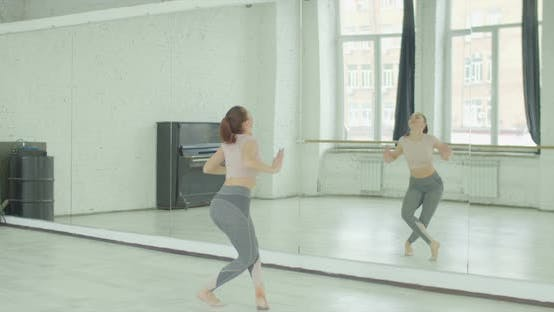 Cover Image for Dancer Rehearsing Dance Against Mirror at Studio