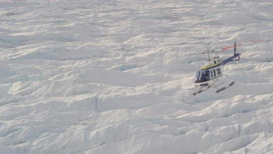 Luftaufnahme durch verschneite Alaska-Berggipfel, Drohne -Hubschrauber-Aufnahmen