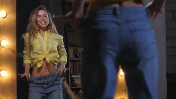 Thumbnail for Joyful Frau in Big Jeans Tanzen bei Spiegel