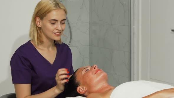 Thumbnail for Junge professionelle weibliche Therapeutin lächelnd an die Kamera während der Arbeit