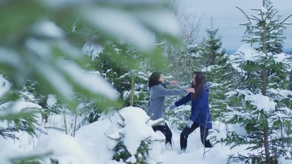 Thumbnail for Mädchen umarmt an einem Wintertag