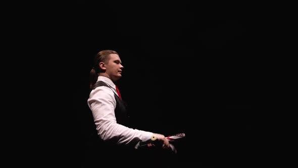Thumbnail for Kamera dreht sich um konzentrierten Mann professionell jongliert und balanciert Pins