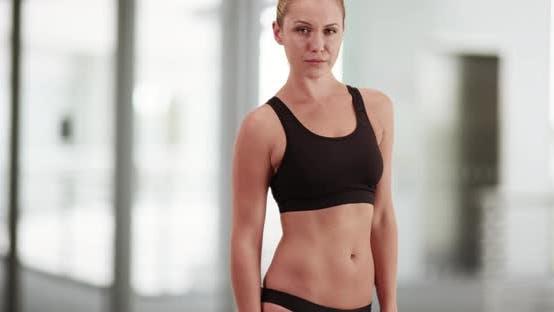 Thumbnail for Fit Englisch Frau stehen im Fitnessstudio