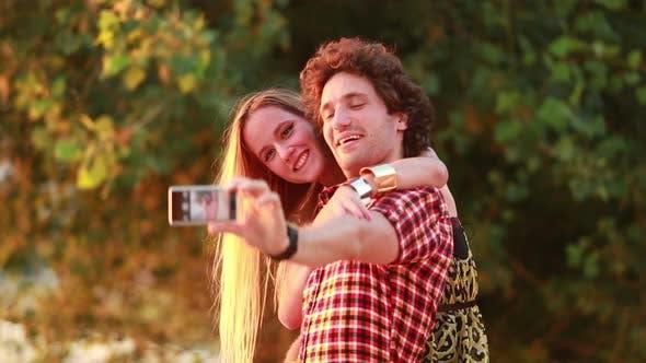 Thumbnail for Nettes junges Paar, das Selfies und lacht