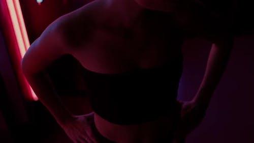 Slim Frau mit Neonlampe